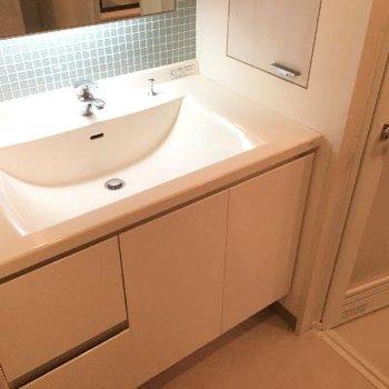 洗面台です。一部はられたタイルがまたおしゃれ