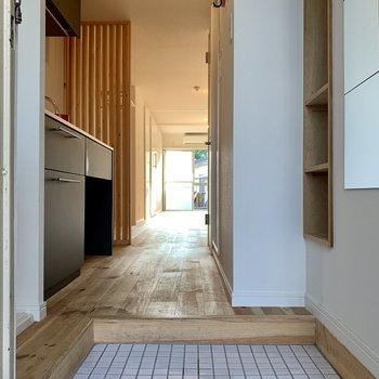 玄関は白いタイルで、お部屋に入った瞬間からテンション上がります、、!