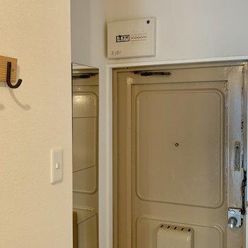 玄関サイドにはコート掛けやミラーもあります