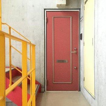 黄色と赤がきいている共用部