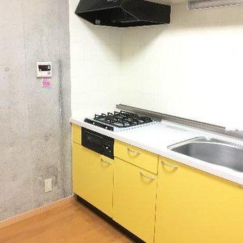 キッチン。黄色のデザインが可愛い!