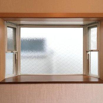 洋室の出窓です。何かインテリアを置きたくなってしまいますね