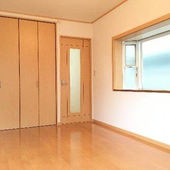 洋室。こちらがわを見ると清潔感のあるシンプルな洋室なのですが