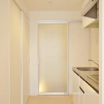 玄関は見えないよう半透明の扉。