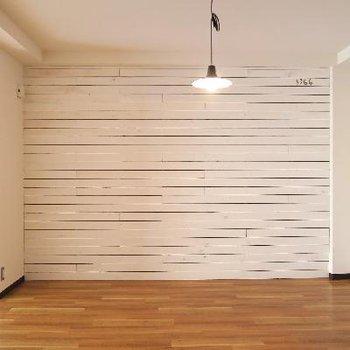 壁に一面無垢板×ホワイトペイント!