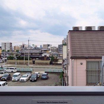 四角い窓からの東三国の眺め。