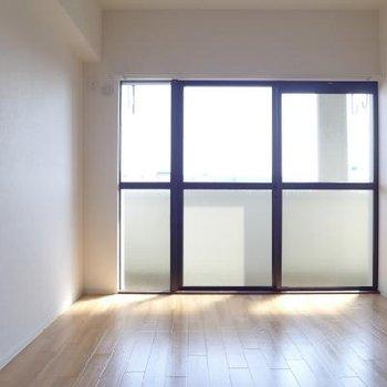 南側の6帖の洋室です。
