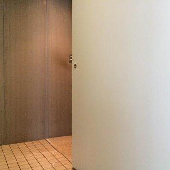 こちら玄関の写真ですが扉がうごくので…