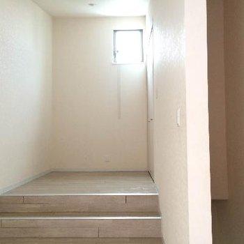 3階の洋室、部屋右に収納があります