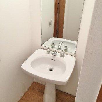 洗面台はスッキリし過ぎで収納なし。最近は日曜大工で棚を作る方が増えてるとか、、、?
