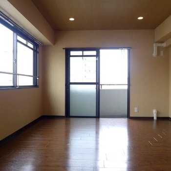 リビングの隣、8帖の洋室は2面採光