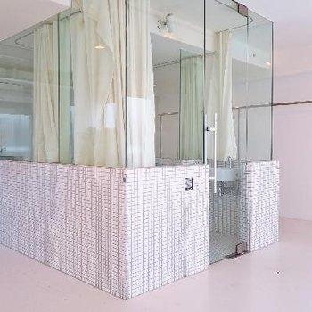 スケルトンのバスルームがいい感じ。