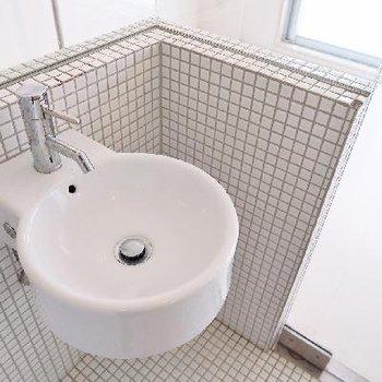 ころんとした洗面台。