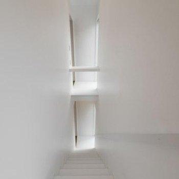 無機質な階段の雰囲気、良いですね!