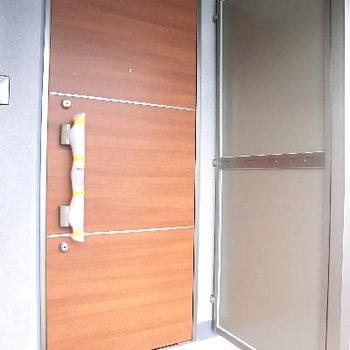 扉もしっかりとしている。1フロアに2部屋だけ♪
