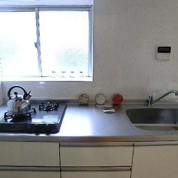 キッチンは2口ガスコンロ♪窓向きにお料理できる!