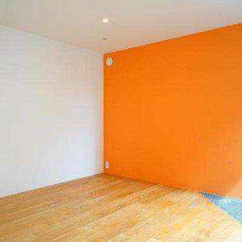 オレンジのアクセントと、床の隅っこは鉄格子に!