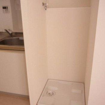 キッチンの横に洗濯機置場があります。