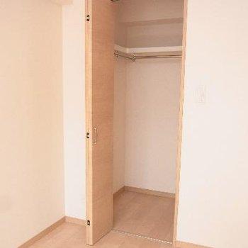 洋室のクローゼットはちょっと小さめ。