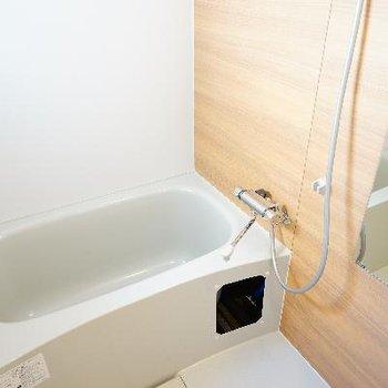 お風呂には左側に窓がついてます♪