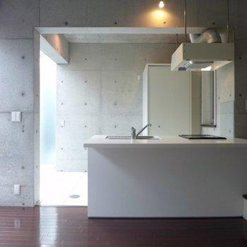 キッチンの後ろに収納型洗濯機置き場!
