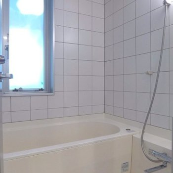 お風呂の窓、開けるとキッチンです
