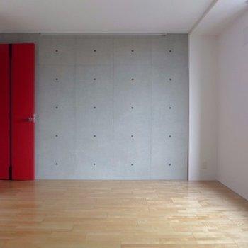 コンクリに赤が映える空間