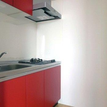 赤のキッチンは2口ガスコンロ