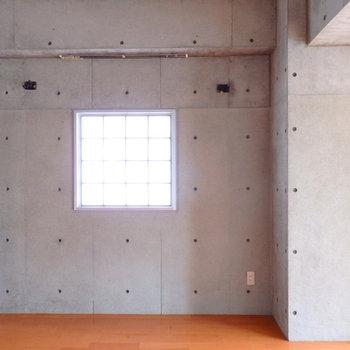 角部屋。ガラスブロックの横窓があら素敵。
