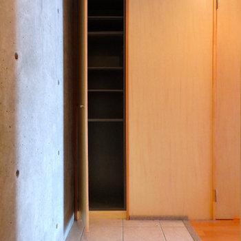 玄関も広めの土間が特徴。
