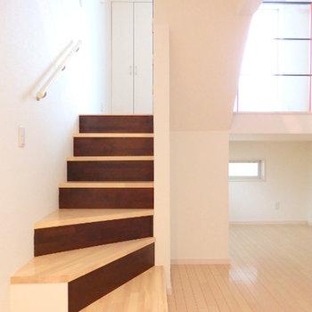 階段(スキップフロア)をぐるっとのぼって