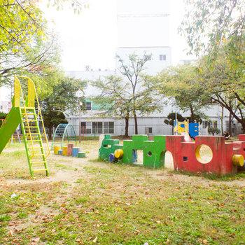 お隣は緑いっぱいの公園です。