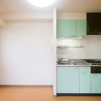 ミントグリーンが爽やかなキッチン