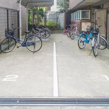 広めの屋根付き駐輪場