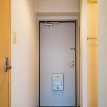 右側の脱衣所入り口にはカーテンレールも付いてます。