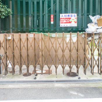 ゴミ置場が玄関入り口の横です。