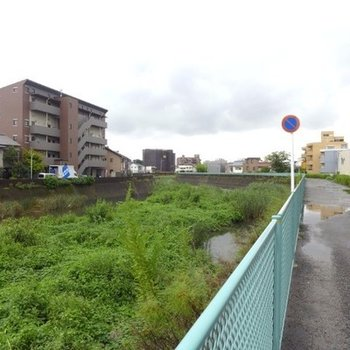 川沿いに建つマンション