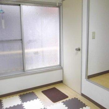 洋室の窓は大きめです。