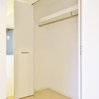 廊下には収納スペース。