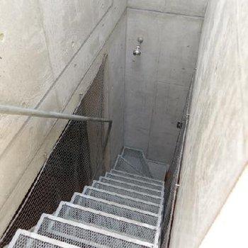 あみあみの階段を上って3階へ