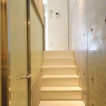 こちらの階段をあがってお部屋へ。