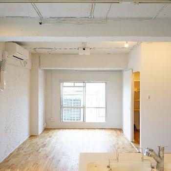 天井も最大限まで抜いて、塗装仕上げです。