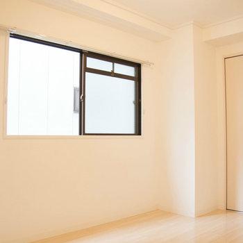 寝室にもしっかり大きな窓ひとつ