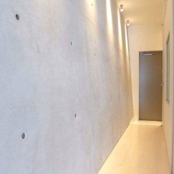 斜めに反り立つ壁