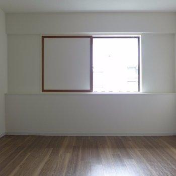 お部屋の窓は小さめ