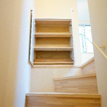 階段上の下駄箱です!