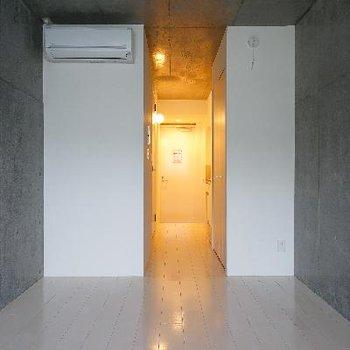 コンクリートずくめの落ち着いたお部屋です。