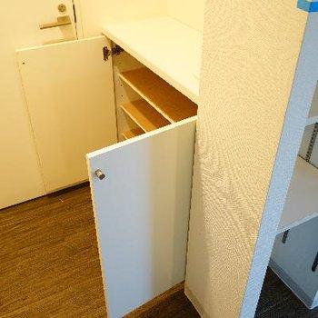 下駄箱(左)と、リビングの収納棚です。