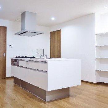 ご自慢のキッチン!向かいの収納は食器棚代わりに♪