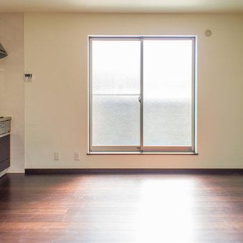 建物前に遮るものがないのでお部屋の中まで明るいです♪